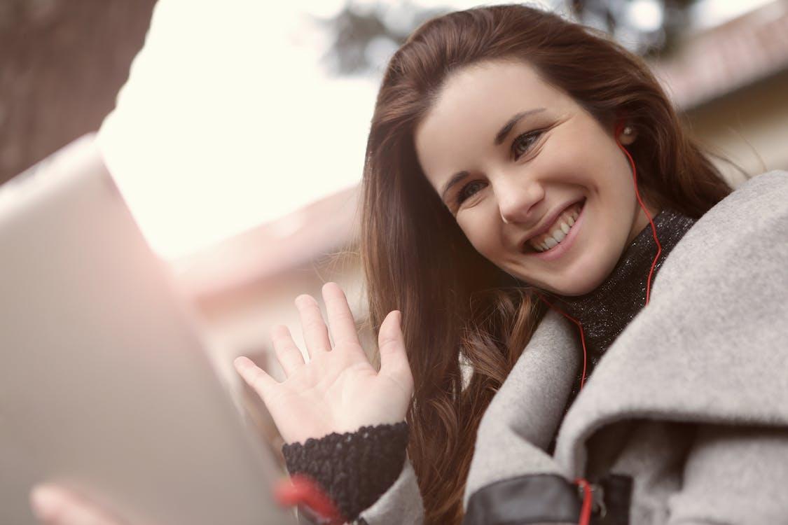 Femme En Manteau Noir Et Gris Portant Des écouteurs Rouges