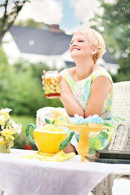 Бесплатное стоковое фото с женщина, заварник, красивая, лето