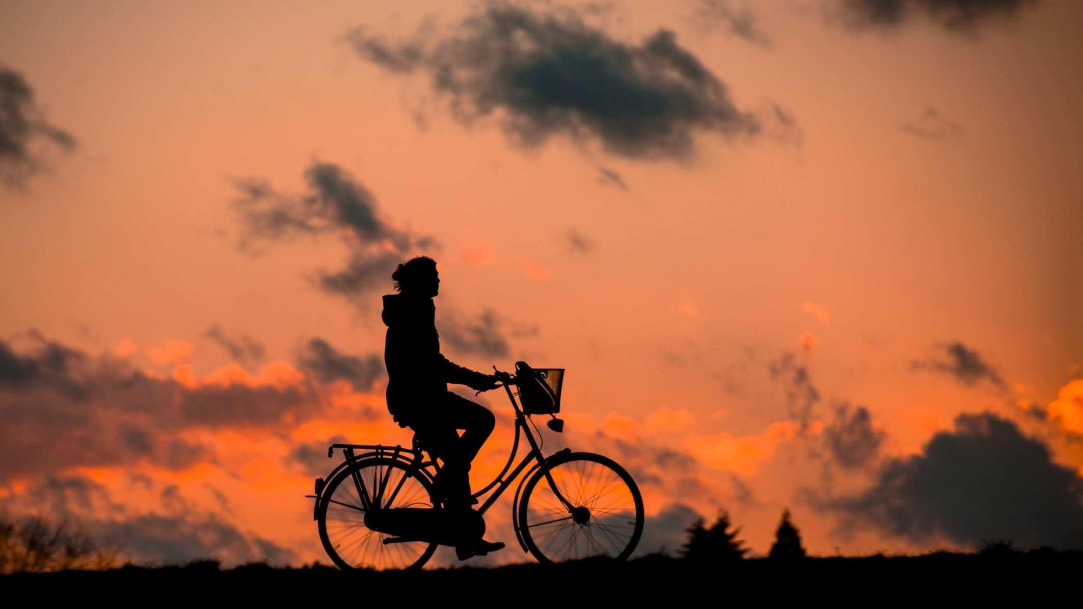 Kostenloses Stock Foto zu dämmerung, radfahrer, sonnenaufgang, sonnenuntergang