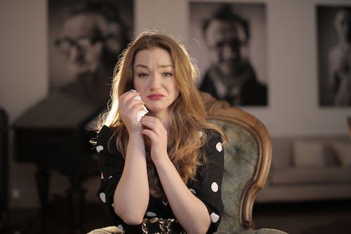 грустная женщина в черно белом горошке