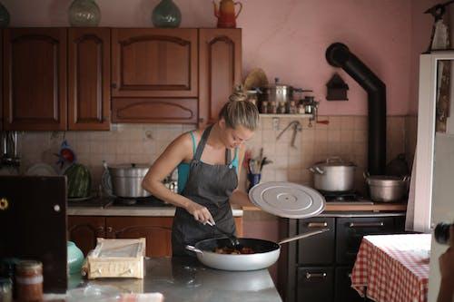 Frau, Die Nahe Der Küchentheke Steht