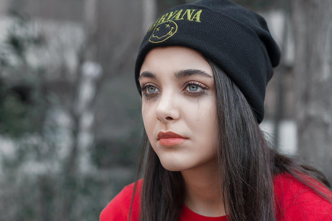 Femme En Bonnet En Tricot Noir Et Chemise Rouge