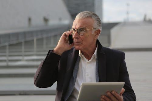 Hombre De Chaqueta De Traje Negro Con Smartphone