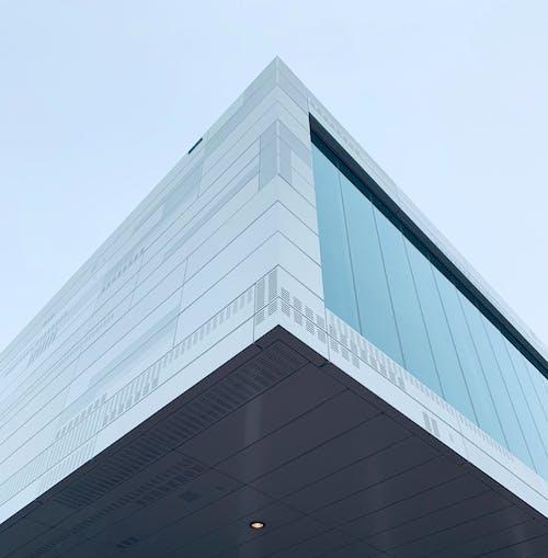 Fotografía De ángulo Bajo Edificio De Hormigón Gris Bajo Un Cielo Gris