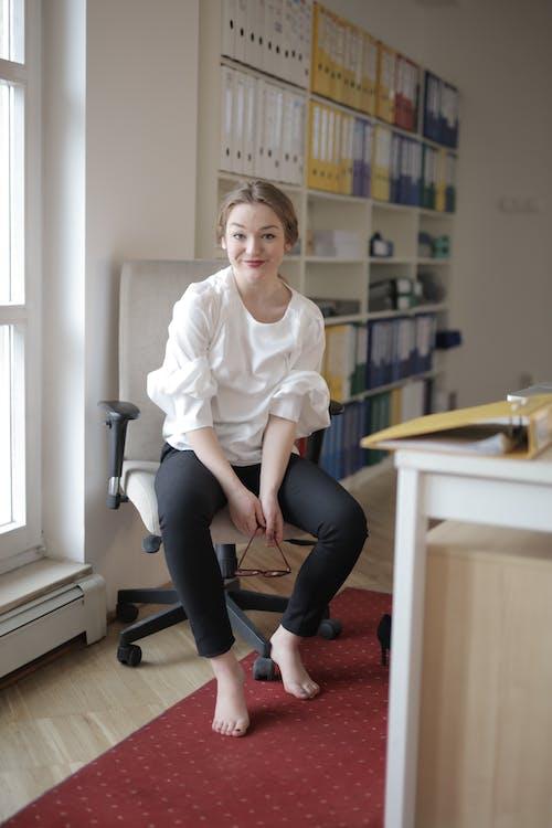 Barfuß Arbeiterin Im Modernen Büro
