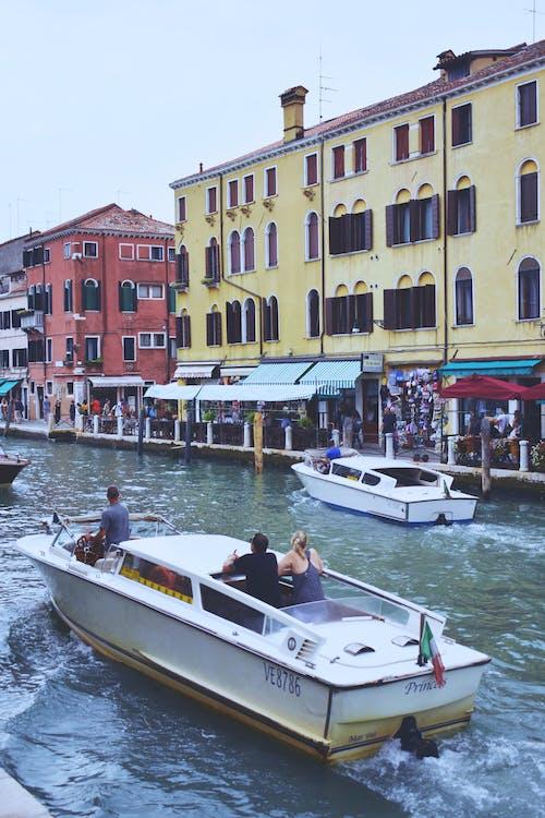 Paar Onherkenbare Toeristen Die Op Motorboot Op Kanaal Reizen