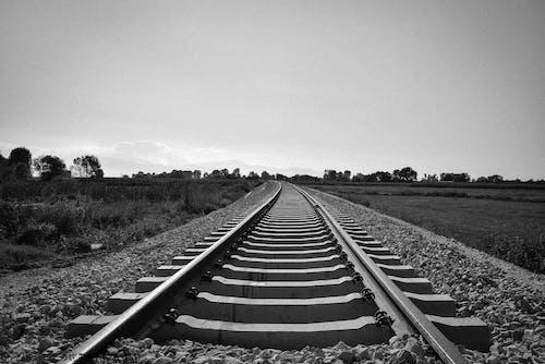 Grijswaardenfoto Van Train Rail