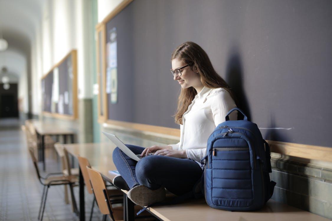Základová fotografie zdarma na téma batoh, bílé dlouhé rukávy, brunetka