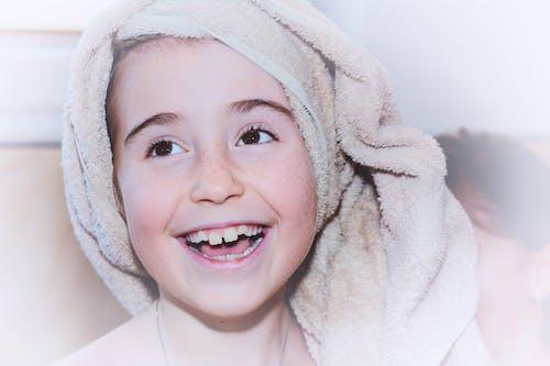 çocuk, diş çıkarma, duş, ergen içeren Ücretsiz stok fotoğraf