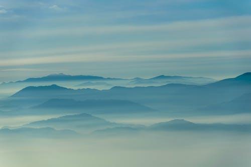 Gratis lagerfoto af atmosfære, bjerge, bjergkæder, blå bjerge