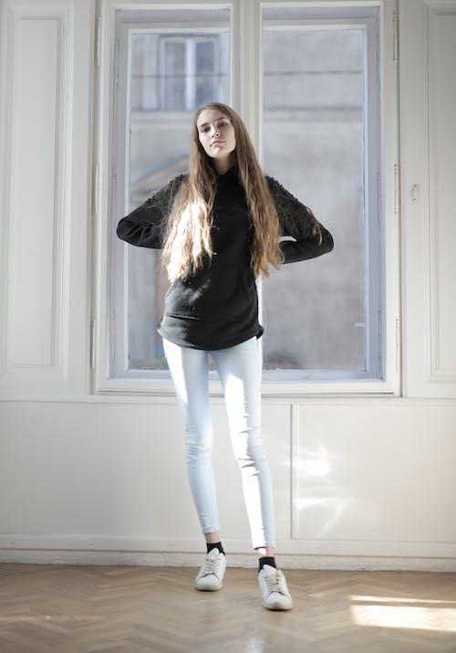 Základová fotografie zdarma na téma bílé kalhoty, brunetka, černý svetr, dívání