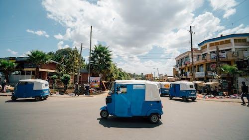 道路上的蓝色车辆的照片