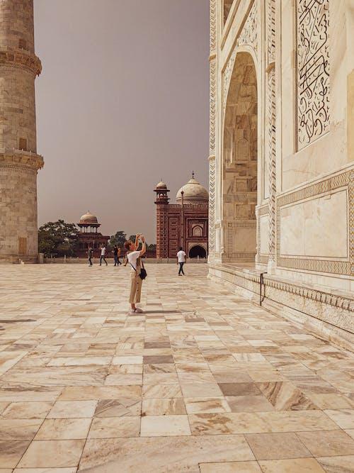 Exterior Del Taj Mahal En India Con Turistas Paseando