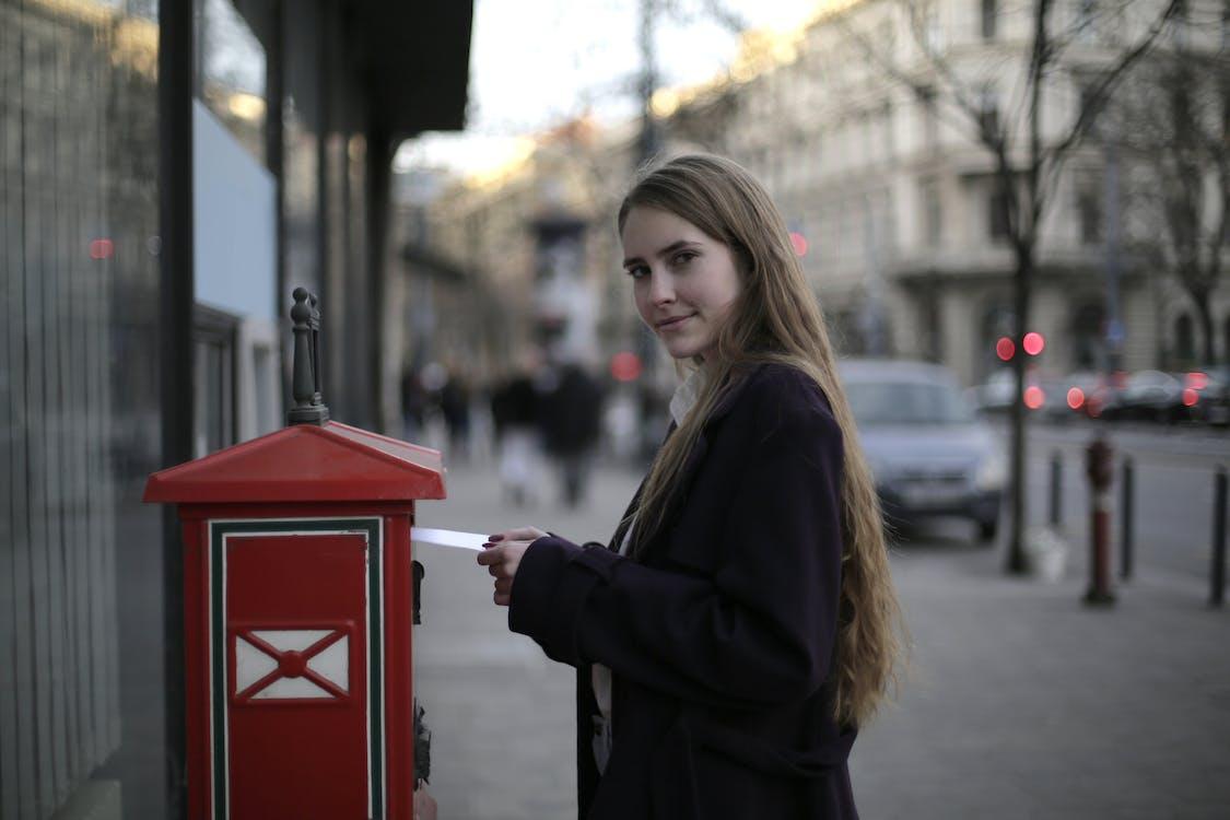 Vrouw Met Violette Vacht Terwijl Je In De Buurt Van Mailbox