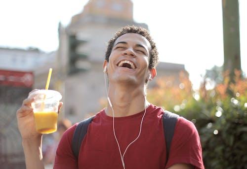 Fotos de stock gratuitas de auriculares, beber, bebida, camisa roja