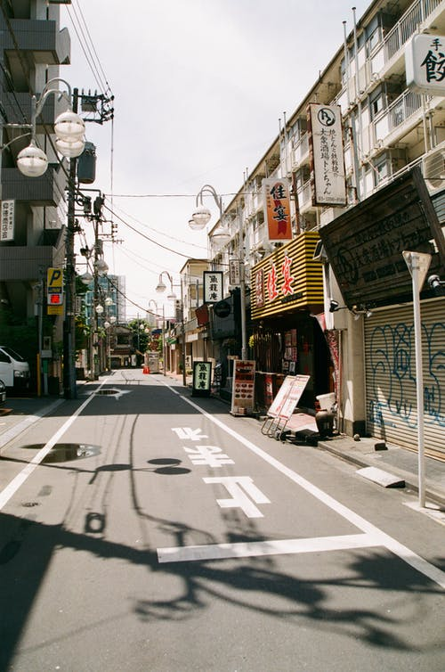 Фотография пустой улицы между домами