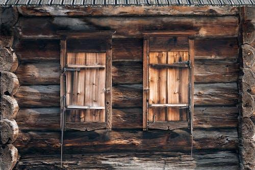 Jendela Tertutup Dari Pondok Kayu Lapuk Di Pedesaan