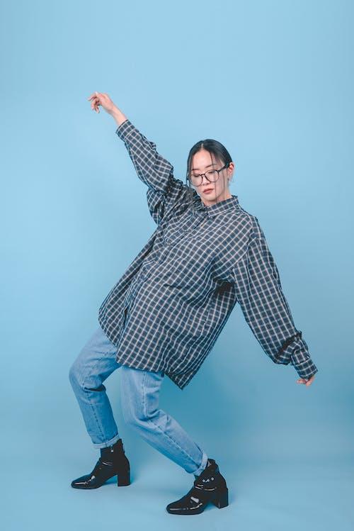 Základová fotografie zdarma na téma asiatka, denimové džíny, dívání, holinky