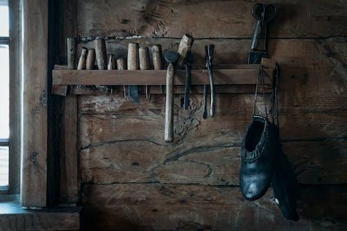 Schoenmaker Tools Opknoping Op Plank In Rustieke Houten Werkplaats