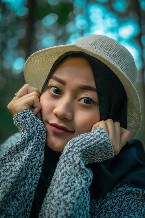 Mulher De Hijab Preto E Suéter Cinza
