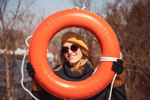 Kostenloses Stock Foto zu floater, frau, handschuhe, hut