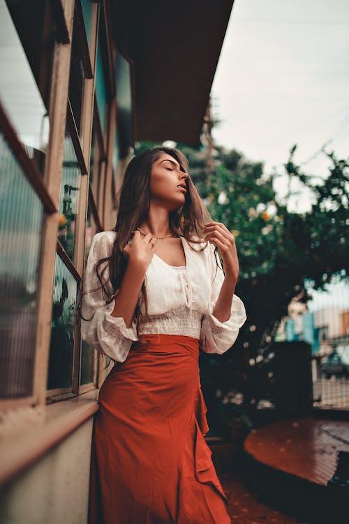 Foto profissional grátis de de pé, fêmea, janelas, mulher