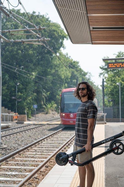 기차, 남자, 여행, 전기 스쿠터의 무료 스톡 사진