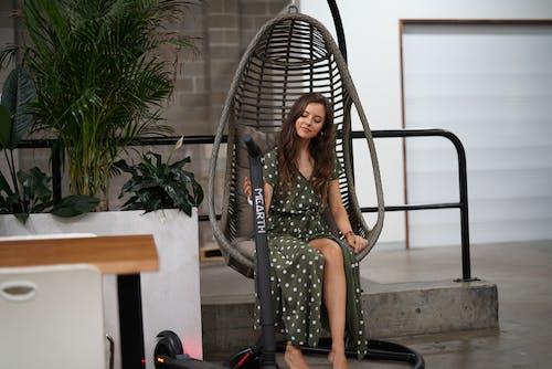 여성, 전기 스쿠터, 해먹의 무료 스톡 사진