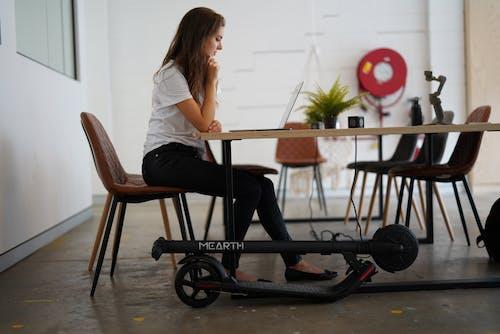 Gratis lagerfoto af bærbar computer, bord, computer, elektrisk scooter