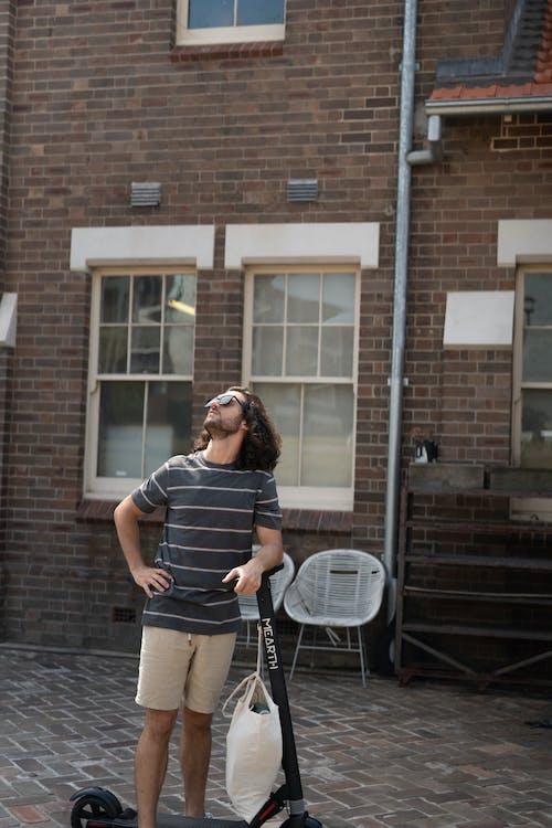 Základová fotografie zdarma na téma elektrický skútr, muž, nakupování, pochůzky