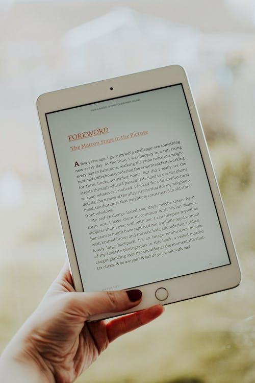 Gratis stockfoto met apparaat, apple, apple tablet, digitaal boek