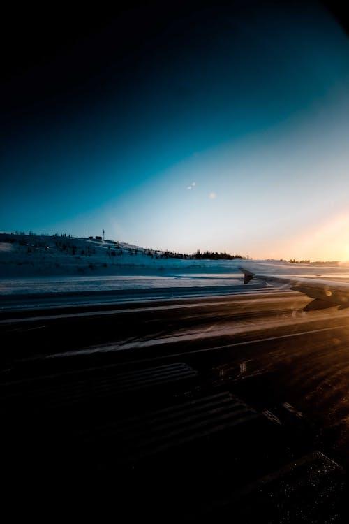 Sân Bay Trong địa Hình Tuyết Rơi Khi Mặt Trời Lặn