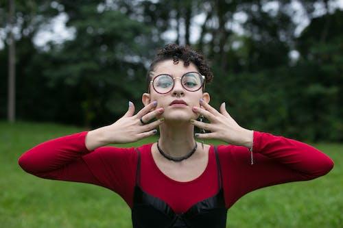 黑色和紅色的長袖襯衫,戴著黑色鏡框眼鏡的女人