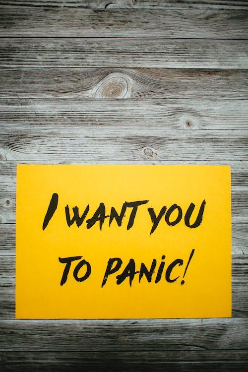 Ich Möchte, Dass Sie Text Auf Papier Vor Hölzernem Hintergrund In Panik Versetzen