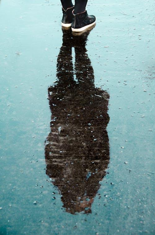 Immagine gratuita di acqua, bagnato, calzature, persona