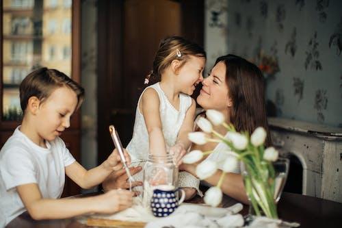 Foto Der Frau, Die Mit Ihren Kindern Spielt