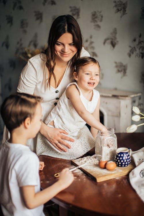 彼女の子供と遊ぶ女性の写真