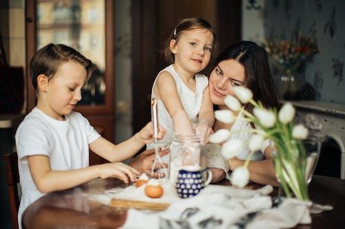Foto Der Frau, Die Mit Ihren Kindern Sitzt