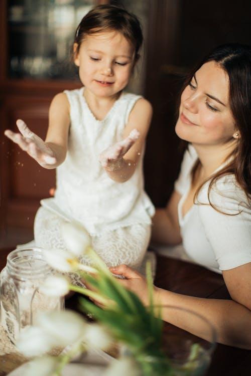 Foto De Mujer Sentada Cerca De Su Hijo