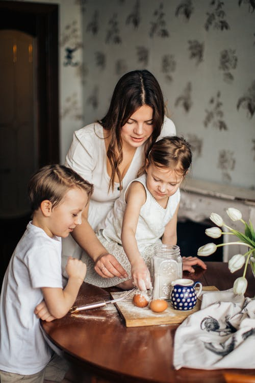 Vrouw Speelt Met Haar Kinderen