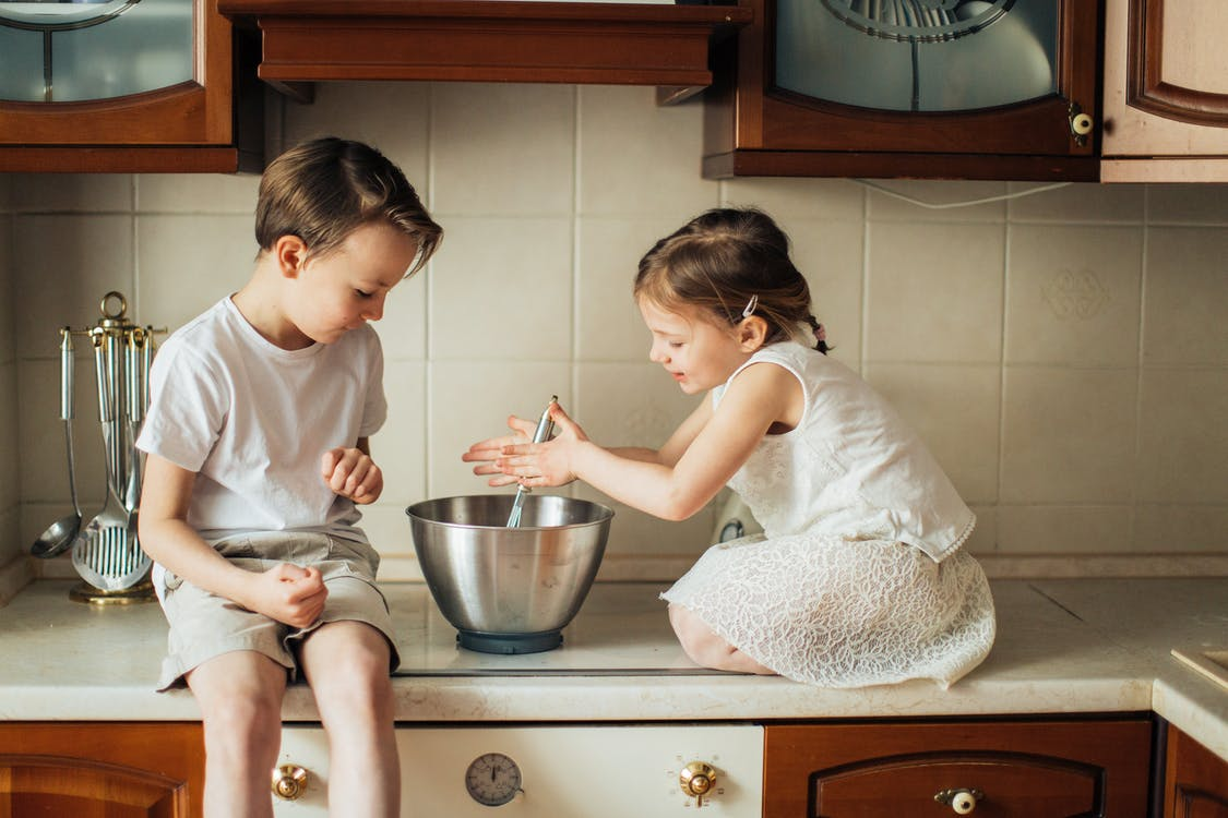 Foto De Niños Jugando En La Encimera De La Cocina