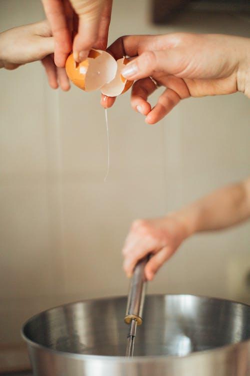 Persona Sosteniendo Huevos Marrones Agrietados
