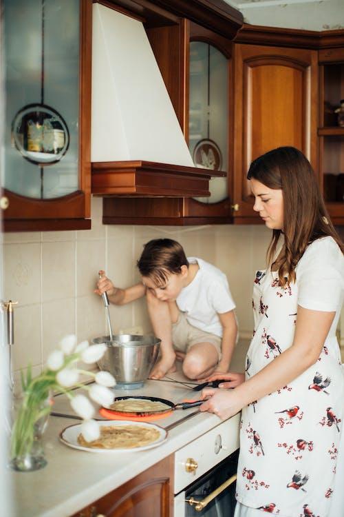 女人用電爐做飯的照片