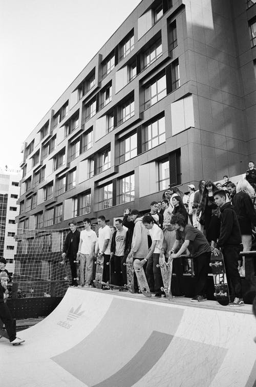 Foto Em Tons De Cinza De Pessoas No Skatepark