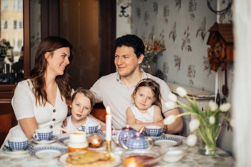 Familie Zittend Aan Tafel