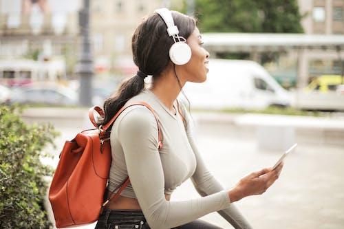 Ingyenes stockfotó fehér fejhallgató, fekete nő, hátizsák, homály témában