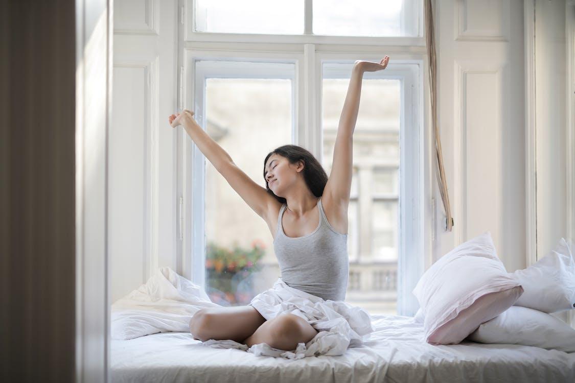 Fotos de stock gratuitas de adentro, almohadas, brazos levantados
