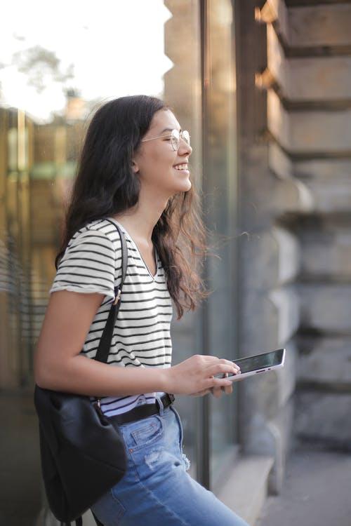Základová fotografie zdarma na téma brunetka, brýle, chůze