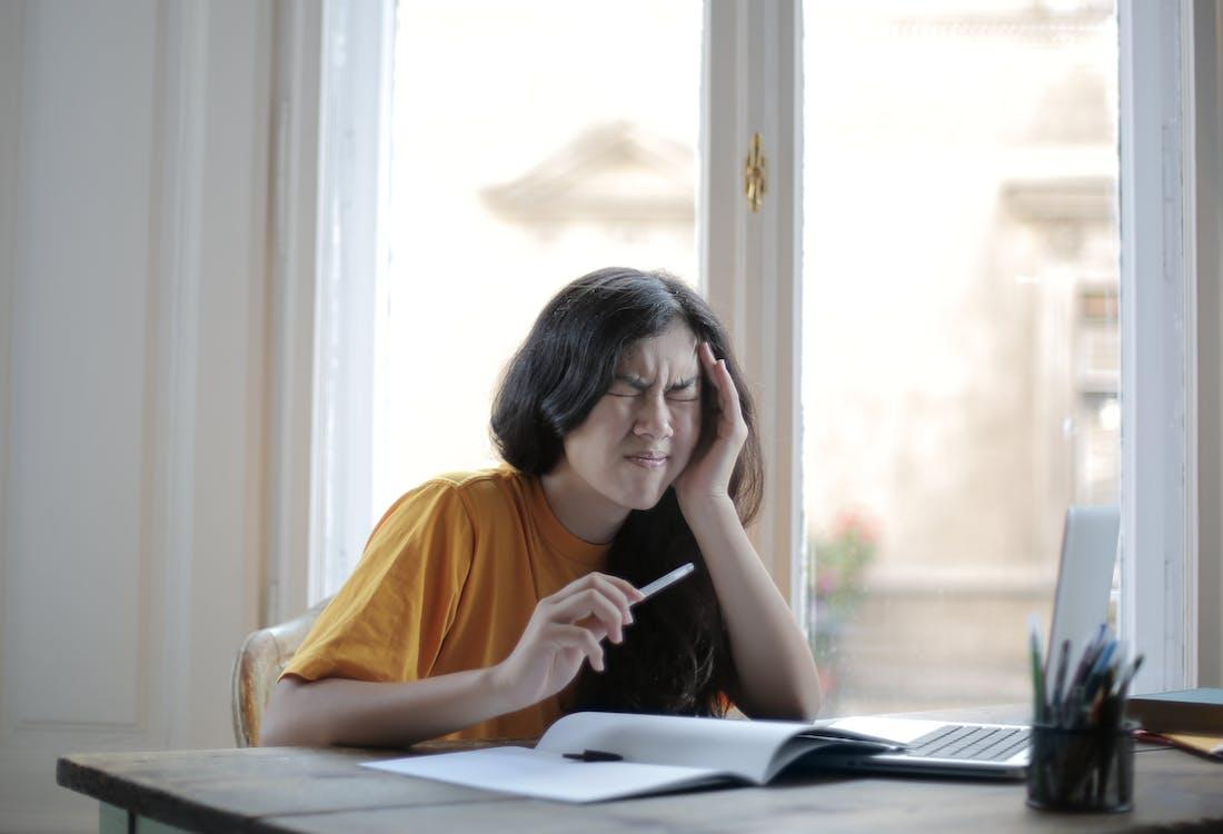 Studentin, Die Zu Hause Unter Kopfschmerzen Leidet