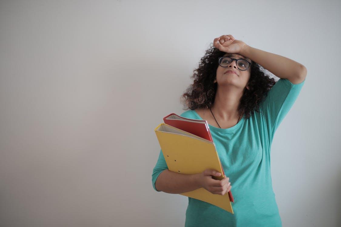 überarbeitete Erwachsene Unternehmerin Mit Papieren Im Leichten Modernen Büro